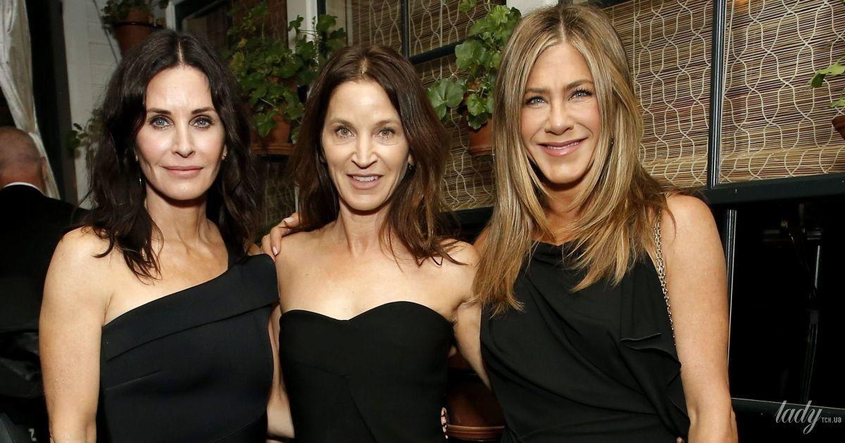 """В мінісукні і в компанії подруг: Дженніфер Еністон на афтепаті """"Оскара"""""""