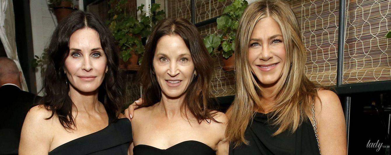 """В мини-платье и в компании подруг: Дженнифер Энистон на афтепати """"Оскара"""""""