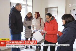 Киевлянку не пускают в подъезд дома, поскольку она не заплатила за его ремонт