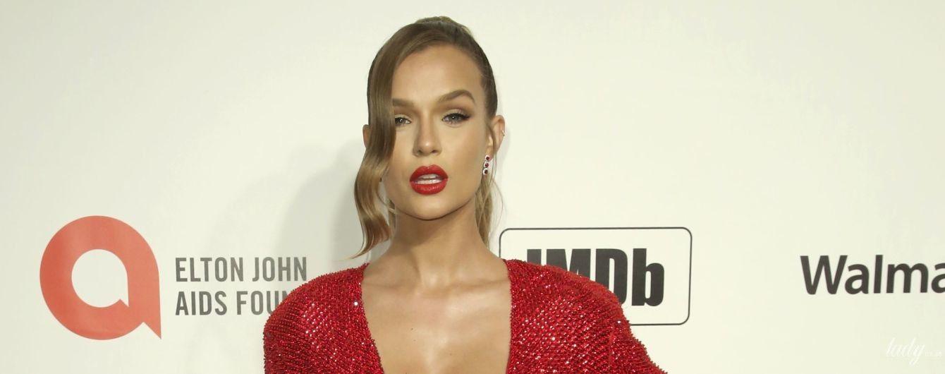 """В красном платье с декольте и обнаженной спиной: эффектный образ """"ангела"""" Жозефин Скривер"""