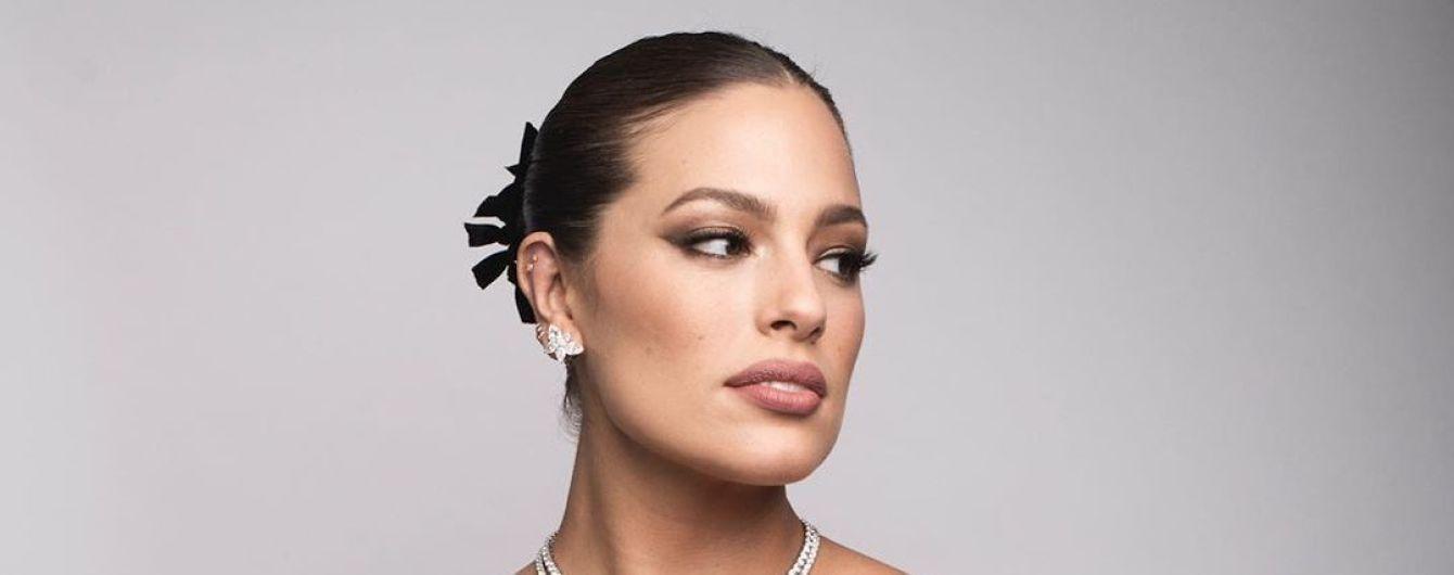 Plus-size модель Ешлі Грем з оголеним животом та декольте знялась для глянцю