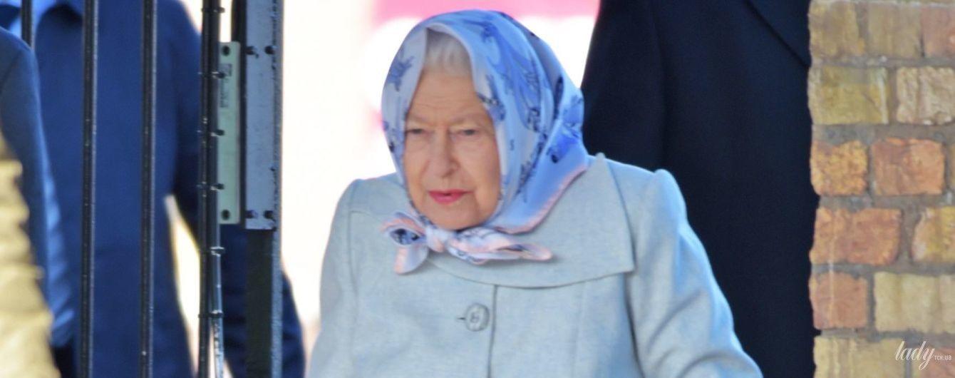 Возвращается в Лондон: королеву Елизавету II в красивом голубом аутфите запечатлели на вокзале в Норфолке