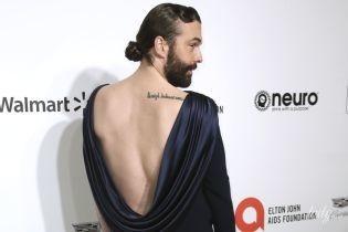 З бородою і в сукні з оголеною спиною: американський телеведучий на вечірці Елтона Джона