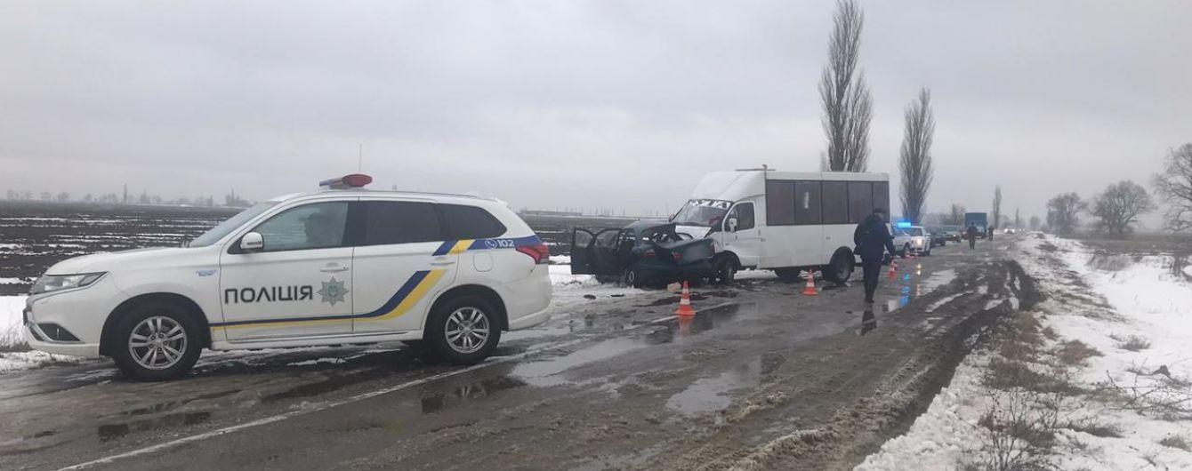 В Херсонской области столкнулись автомобиль и маршрутка: есть погибшие