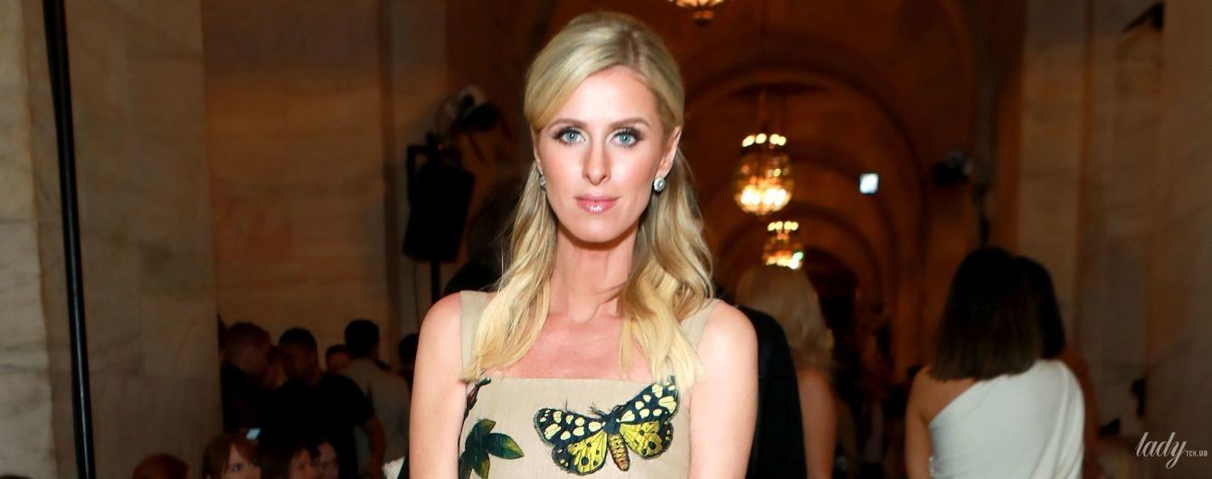 В платье с цветочными аппликациями и в ободранных туфлях: милая Ники Хилтон на модном показе