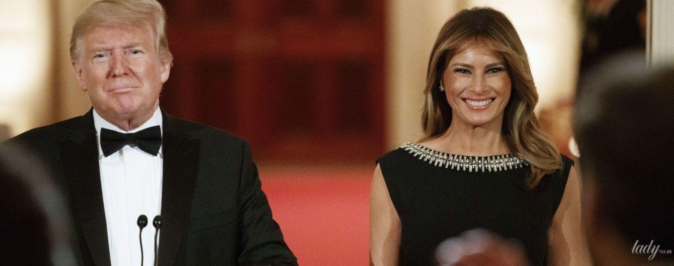 Підкреслила струнку фігуру чорною сукнею: елегантна Меланія Трамп на балу губернаторів