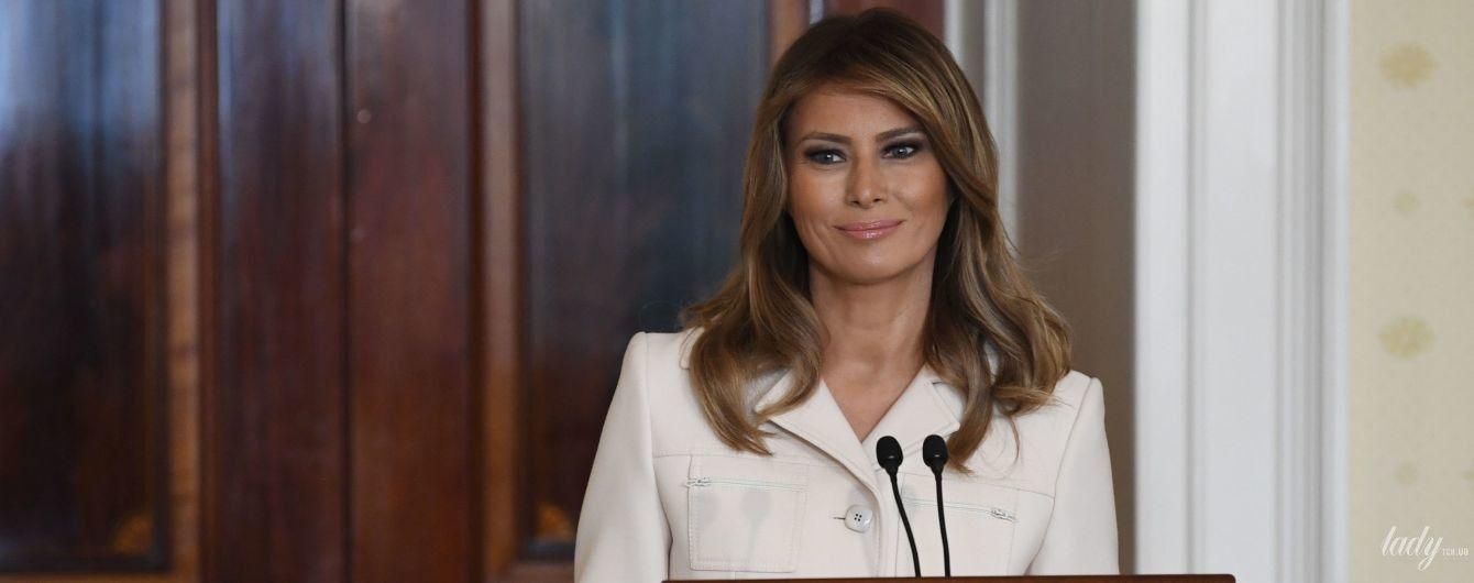 У білому пальті і з красивою укладкою: ефектний аутфіт Меланії Трамп на обіді з губернаторами