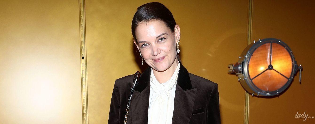В вельветовом жакете и блузке с бантом: стильный лук Кэти Холмс на Нью-Йоркской неделе моды