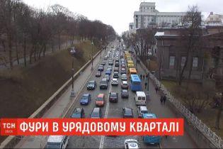 В правительственном квартале из-за протеста перевозчиков образовалась пробка