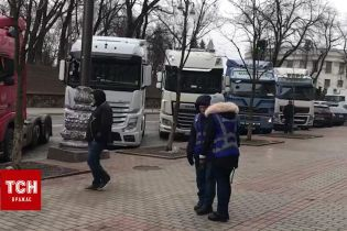 В правительственный квартал в Киеве на митинг съехались десятки фур и автобусов