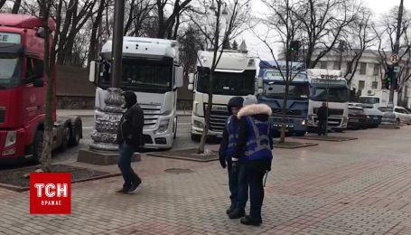 В урядовий квартал у Києві на мітинг з'їхалось десятки фур і автобусів