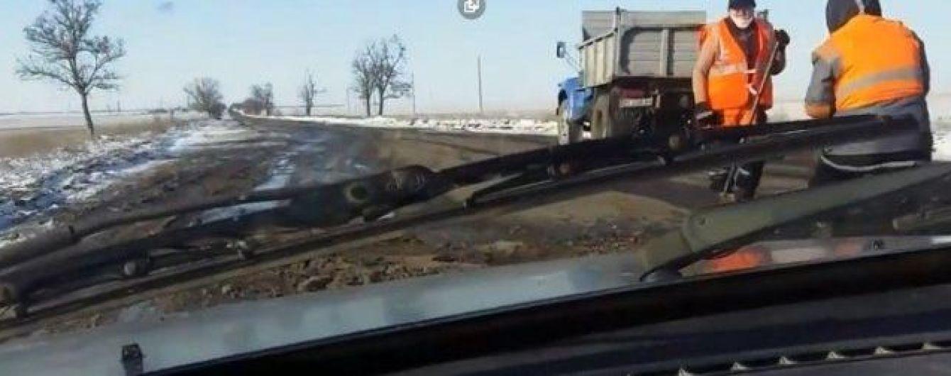 На Херсонщине дорожники закатали асфальт в лед. Видео