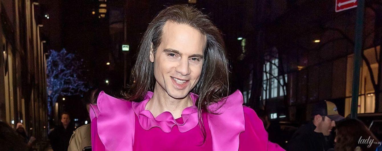 В блузке с рюшами цвета фуксии: американский театральный продюсер в кокетливом образе пришел на фэшн-показ