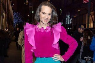 У блузці з рюшами кольору фуксії: американський театральний продюсер у кокетливому образі прийшов на фешнпоказ
