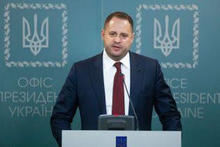 """""""Ви розігнали найдивніший фейк"""": Єрмак прокоментував скандальне фото обіду з військовими на Донбасі"""