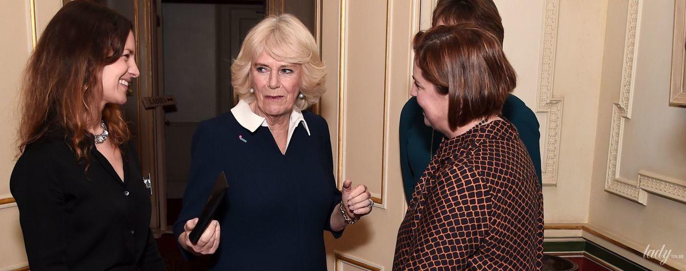 В елегантній синьо-білій сукні: герцогиня Корнуольська на прийомі в Кларенс-хаус