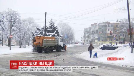 На головы пешеходов в Днепре сошел снег с крыши местного колледжа