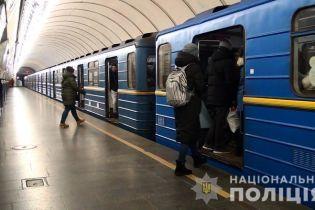 У Києві в метро жінка намагалася викрасти чужу дитину