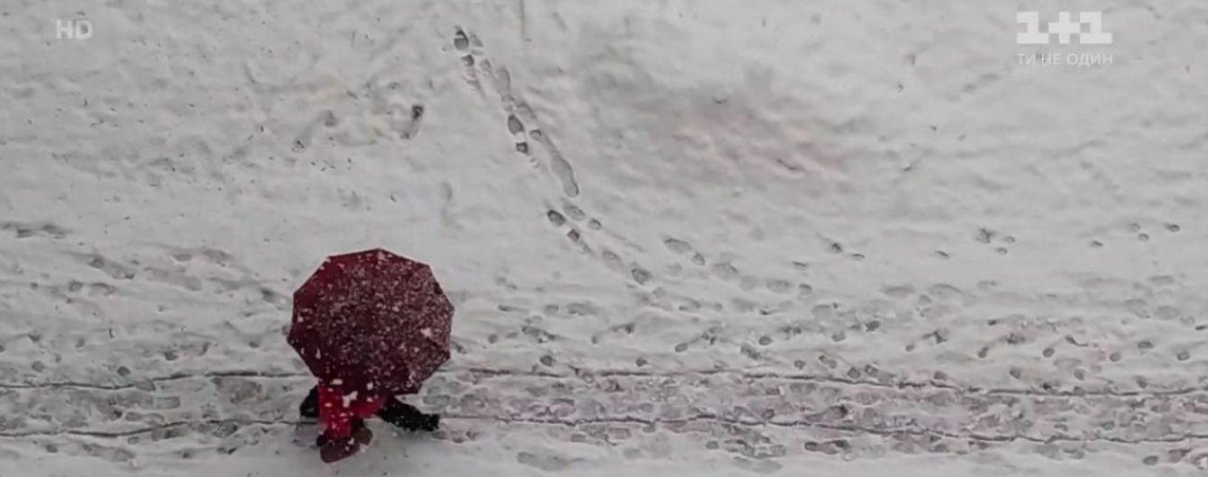 Днепропетровскую область засыпало снегом: спасатели вытащили из сугробов скорую и школьный автобус