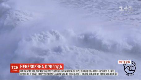 В Португалии гигантские волны накрыли двух серферов: один из них госпитализирован