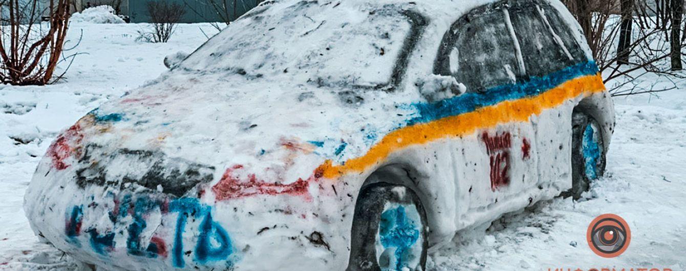 В Днепре местные слепили снеговика в виде патрульной машины и вызвали полицию
