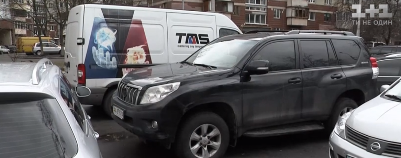 Четыре года без родительской поддержки: в Киеве конфисковали авто должника алиментов