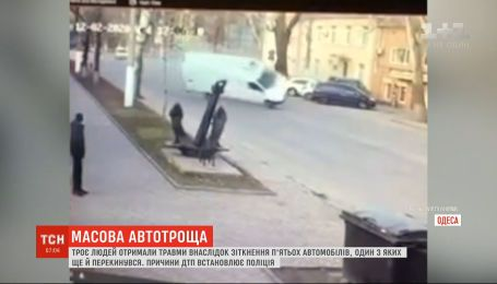 Три человека получили травмы в результате столкновения пяти автомобилей в Одессе