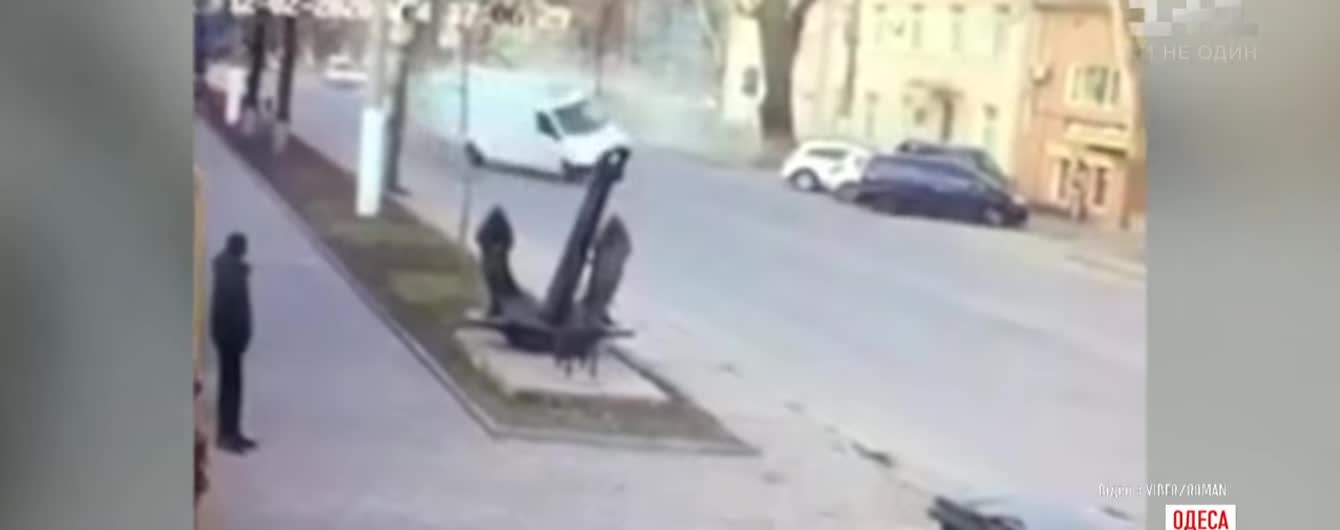 Агресивна їзда в Одесі закінчилась масштабною аварією. Відео