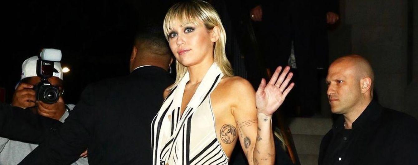 Майлі Сайрус в оригінальному топі засвітила оголені груди