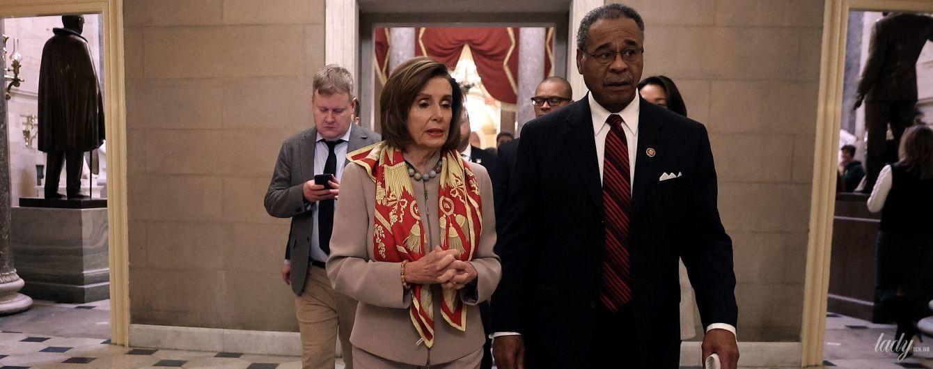 Изюминка в образе: спикер палаты представителей США с ярким аксессуаром пришла на работу
