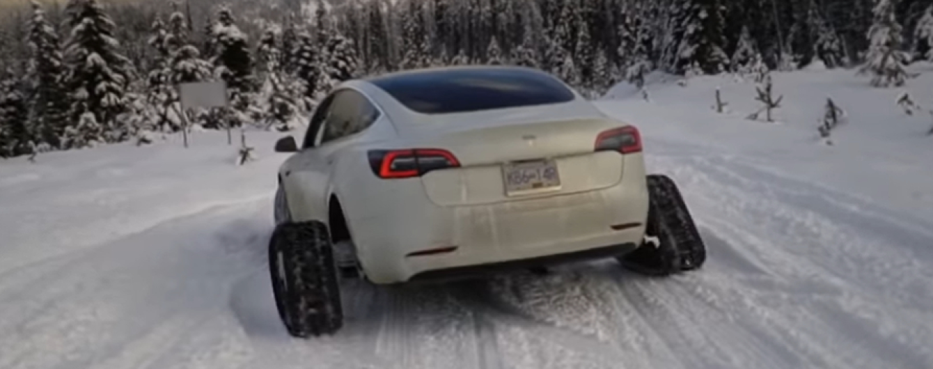 Блогер превратил электрокар Tesla в снегоход на гусеницах. Видео
