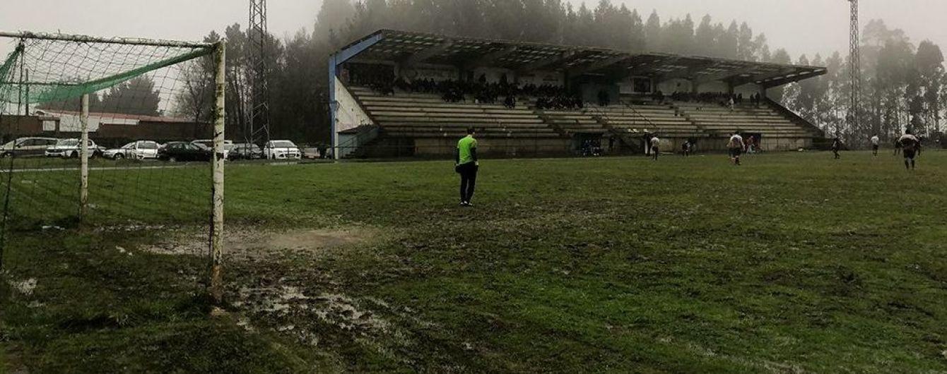 Болотный футбол. В Испании команды устроили битву в грязи и лужах