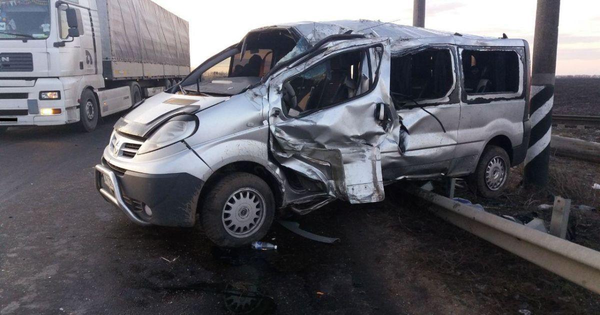 У Миколаївській області мікроавтобус перекинувся і влетів у відбійник: є постраждалі