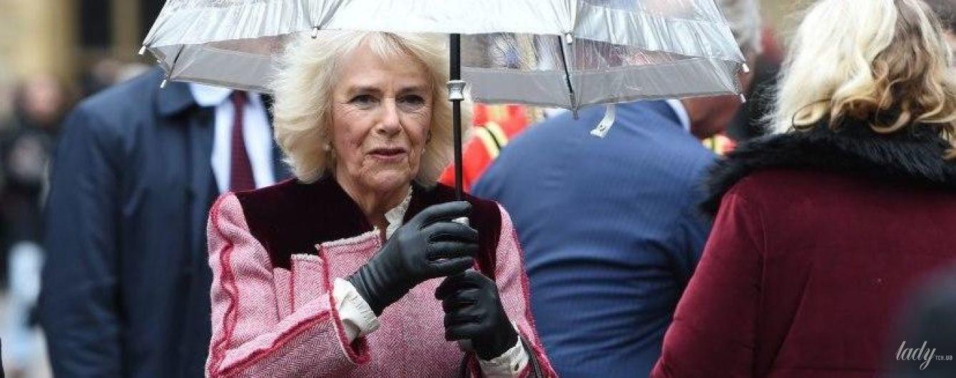 Трохи парасолька не злетіла: герцогиня Корнуольська в бузковому пальті потрапила під дощ на урочистому заході