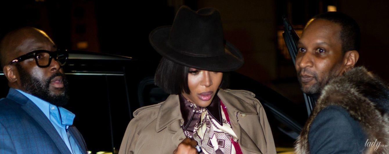 В капелюсі і смугастому костюмі: ефектна Наомі Кемпбелл на Нью-Йоркському тижні моди