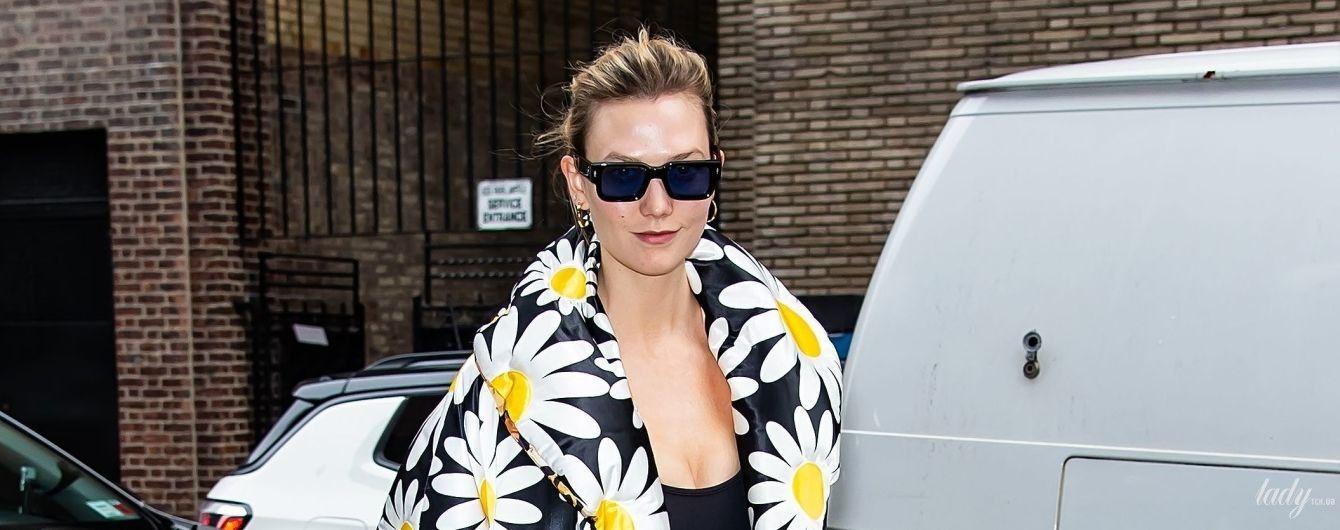 В окулярах і пуховику з ромашками: стильна Карлі Клосс сходила на модний показ