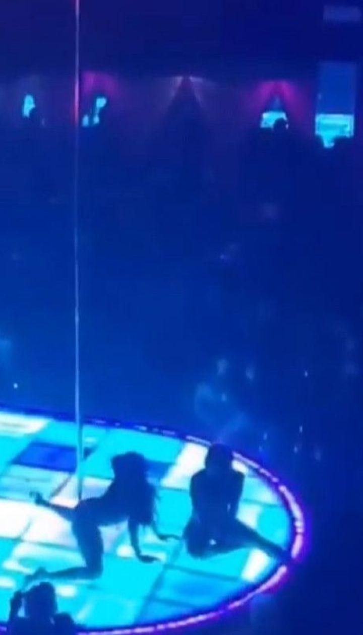 В США стриптизерша во время своего выступления упала с 6-метрового пилона