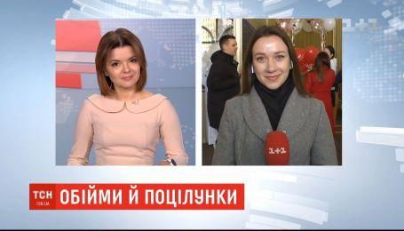 День влюбленных: киевский фуникулер дает бесплатный проезд за объятия или поцелуй