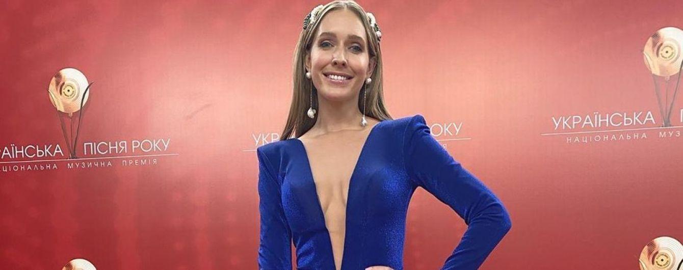 У сукні з декольте до пупка і з високим розрізом: сексуальна Катя Осадча на музичній премії