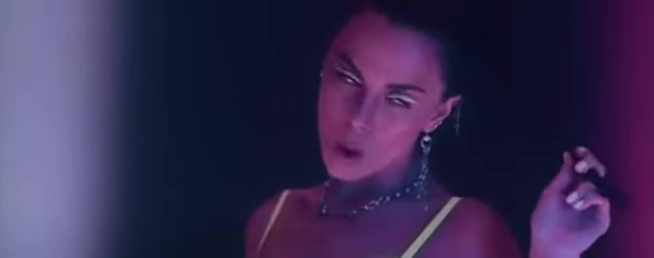Сексапильная Настя Каменских представила чувственный клип на новый испаноязычный трек