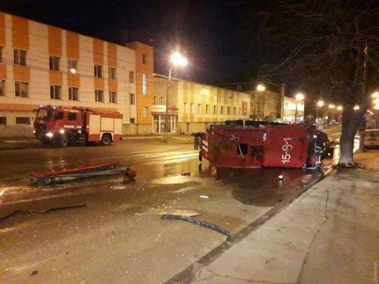 В Одесі пожежна машина потрапила у ДТП і перекинулася