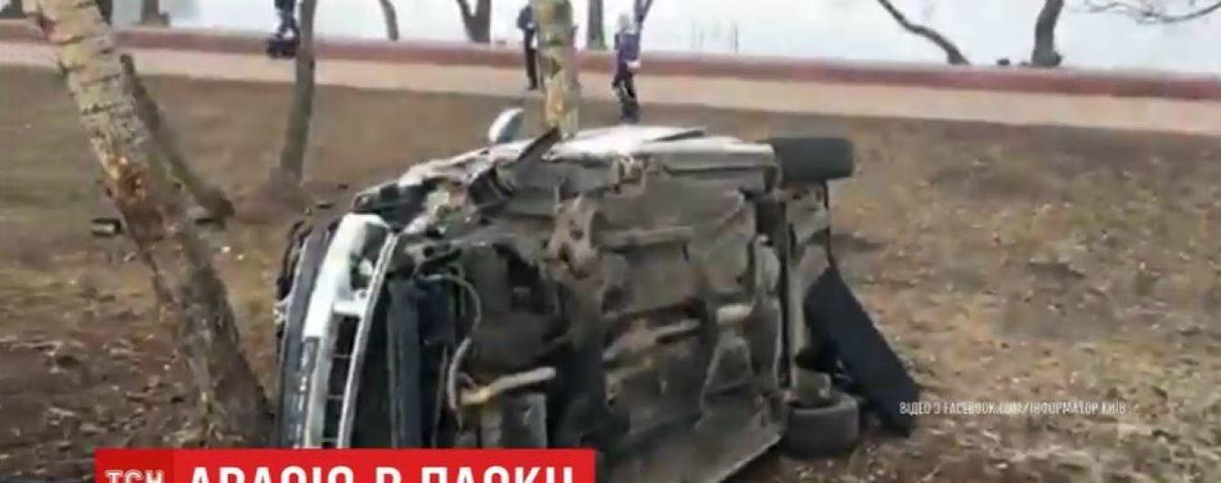 В Киеве автомобиль влетел в парковую зону и остановился об дерево