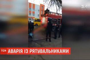 Упала на бок и перекрыла улицу: в Одессе пожарная машина попала в ДТП