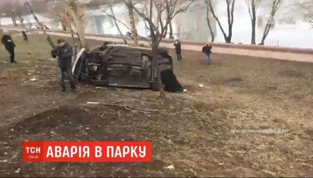 На столичных Березняках автомобиль залетел в парковую зону