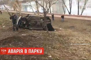На столичних Березняках автомобіль залетів у паркову зону