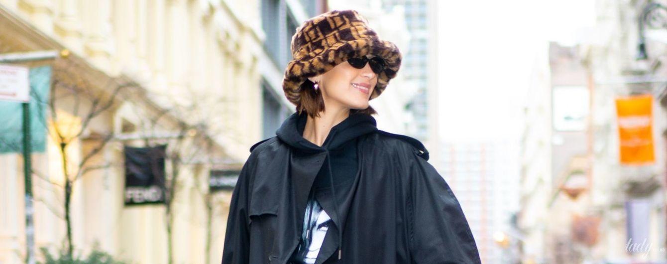 Легкою ходою: Белла Хадід в хутряній панамці і чорному плащі на вулицях Нью-Йорка
