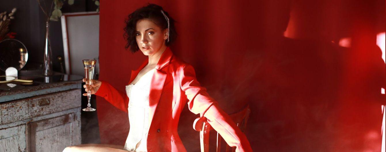 У сексуальному боді і з келихом просекко: Оля Цибульська в ефектному образі презентувала нову пісню
