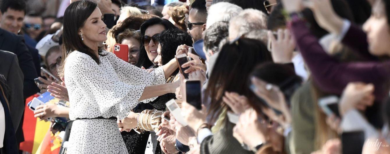 В платье с принтом polka dot: эффектная королева Летиция приехала в театр Сальвадора Тавора