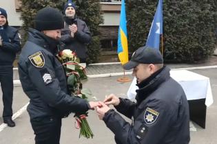Трогательная Love story. В День святого Валентина полицейский во время вручения званий сделал предложение коллеге