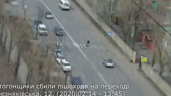 З'явилось відео, як у Києві легковик збив людину на пішохідному переході